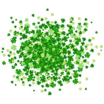 Grüner klee verlässt im wolkenspritzen, das auf weißem hintergrund lokalisiert wird.
