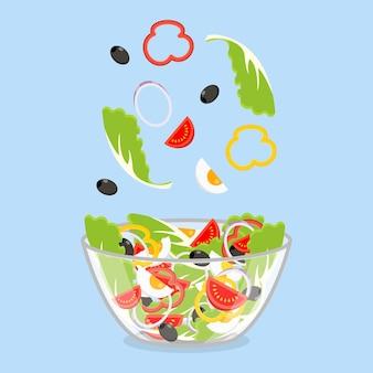 Grüner salat von frischem gemüse in einer transparenten salatschüssel