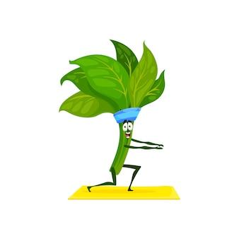 Grüner spinat verlässt haufen sportübungen auf fitness pilates yogamatte isoliert. vektorreifes grünes gemüsesalatgrün in sportlichem band, vegane bio-pflanze auf dehnungstraining, komisches kawaii