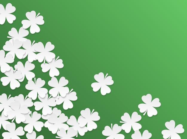 Grüner st. patrick tageshintergrund mit vierblättrigen flachen weißen papierschnittblättern des klees