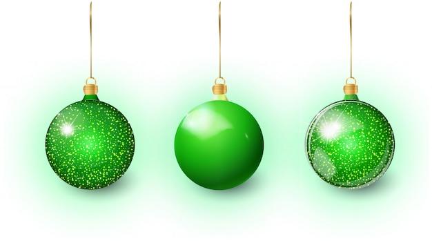 Grüner weihnachtsbaum-spielzeugsatz lokalisiert auf einem weiß