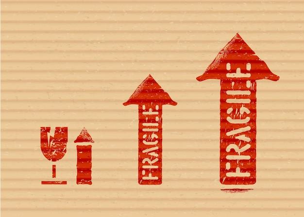 Grunge rote vektor-cargobox-schilder auf karton: zerbrechliches glas mit pfeilen nach oben