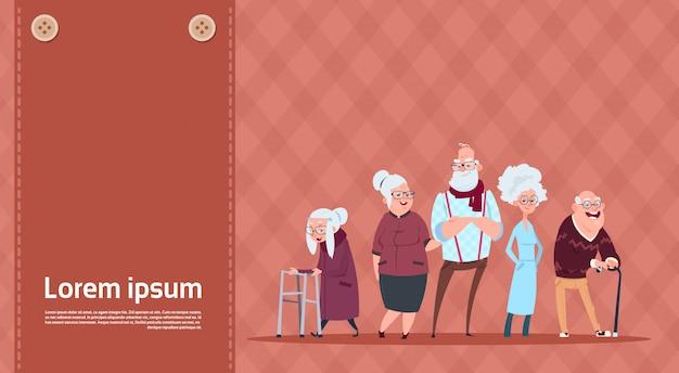 Gruppe ältere leute mit stock-modernem großvater und großmutter in voller länge