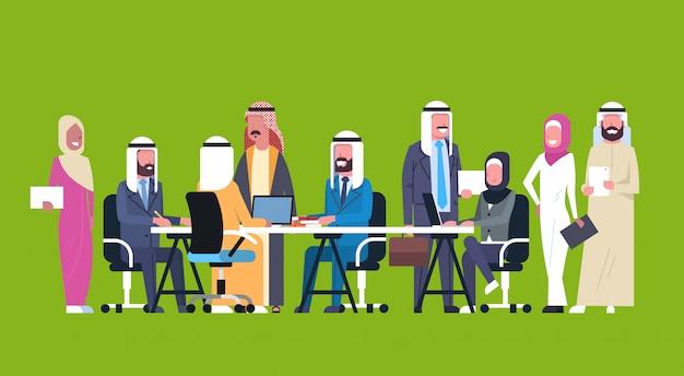 Gruppe arabische geschäftsleute, die zusammenarbeiten, sitzen am schreibtisch muslimischer arbeitskräfte team brainstorming meeting