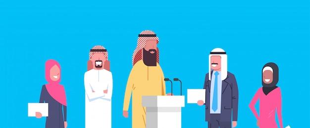 Gruppe arabische geschäftsleute sprecher auf konferenzsitzung oder darstellung, team von arabischen wirtschaftlern von politiker-kandidaten