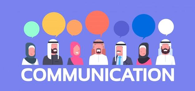 Gruppe arabische leute mit chat-blasen-kommunikations-konzept-arabischen geschäftsleuten und frauen