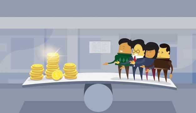 Gruppe asiatische geschäftsleute gegen geld auf balancenskala-büro-hintergrund
