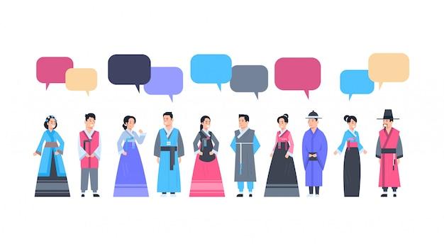 Gruppe asiatische leute in der traditionellen kleidung mit chat-blasen-frauen und männern kleidete im alten kostüm-kommunikations-konzept an