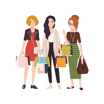 Gruppe der jungen glücklichen frau, die einkaufstaschen hält