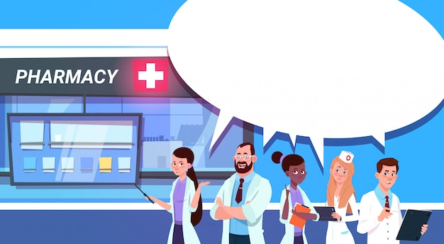 Gruppe doktoren, die am apotheken-speicher stehen
