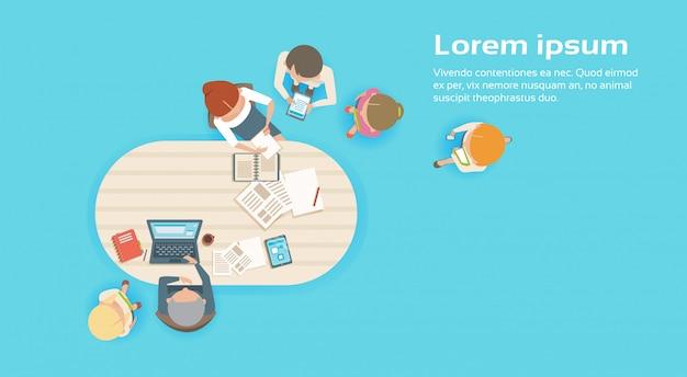 Gruppe geschäftsleute, die kreatives team brainstorming top angle view zusammenarbeiten