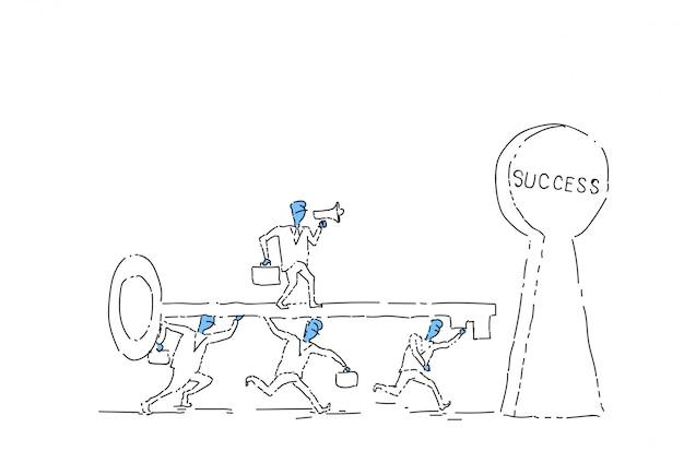 Gruppe geschäftsleute, die schlüssel in erfolgreiches teamwork-konzept-konzept des erfolgs-schlüssellochs einsetzen