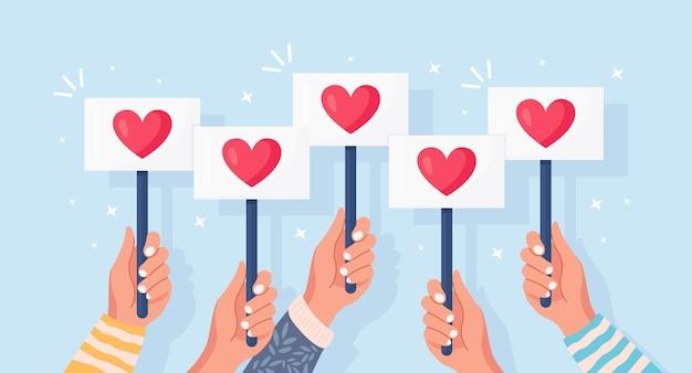 Gruppe geschäftsleute mit rotem herzplakat. soziale medien, netzwerk. gute meinung. testimonials, feedback, kundenbewertung, wie konzept. valentinstag