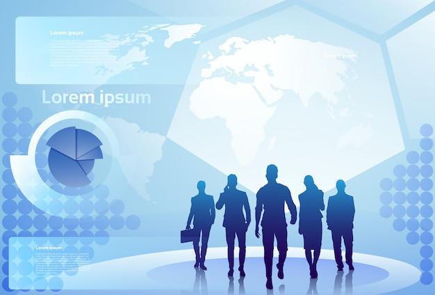 Gruppe geschäftsleute silhouette, die über weltkarten-hintergrund-wirtschaftler team concept gehen