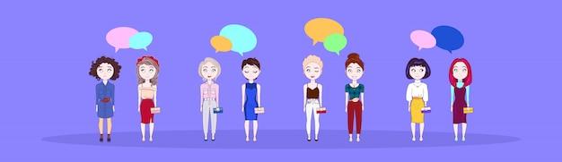 Gruppe junge frauen-nette mädchen über bunter chat-blasen-hintergrund-horizontaler fahne
