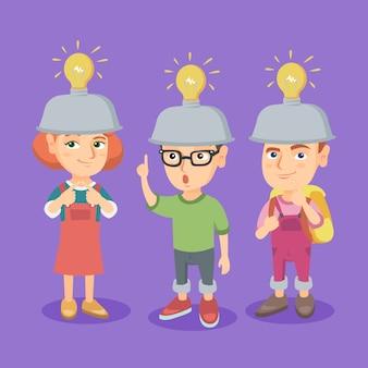 Gruppe kaukasische kinder mit glühlampen der idee.