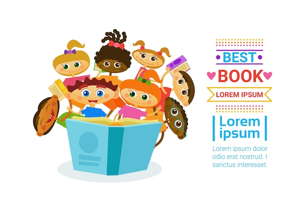 Gruppe kinder mit den büchern, die nettes kinderglückliches lächeln lesen