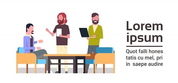 Gruppe kreative leute, die mit computern zusammen an der geschäfts-coworking-raum-konzept-mischungs-rennarbeitskraft team brainstorming arbeiten