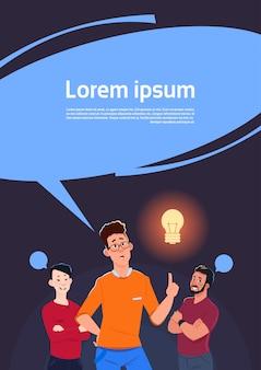 Gruppe männer, die punkt-finger zum neuen ideen-konzept der glühlampe denken