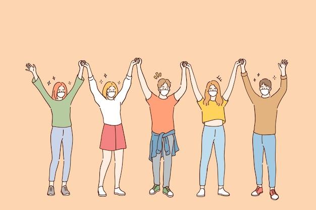 Gruppe positiver freunde in schützenden medizinischen gesichtsmasken
