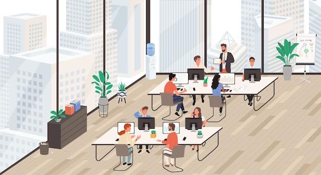 Gruppe von büroangestellten am arbeitsplatz, die am computer arbeiten und miteinander sprechen. büroleben.