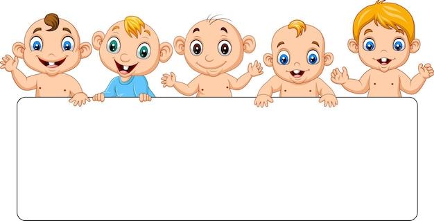 Gruppe von cartoon-babys mit leerem schild
