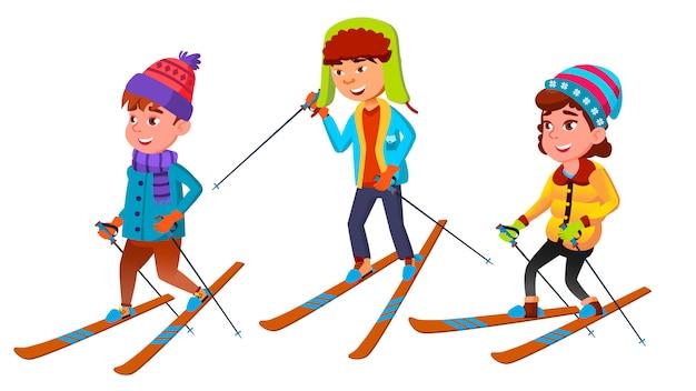 Gruppe von charakter stehenden kindern skifahrer