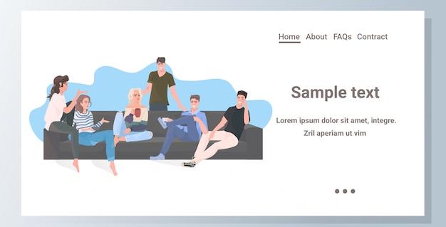 Gruppe von freunden verbringen zeit zusammen männer frauen sitzen auf dem sofa mit spaß kommunikationskonzept