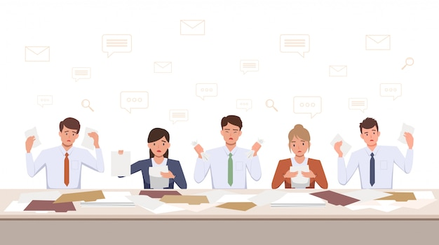 Gruppe von frustrierten männern und frauen team verärgert arbeiten mit dokument auf schreibtisch im büro im flachen symbol design