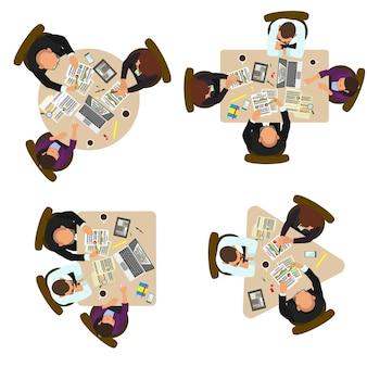 Gruppe von geschäftsleuten, die am schreibtisch diskutieren. draufsicht. draufsicht eines geschäftsteams, das an einem schreibtisch arbeitet.