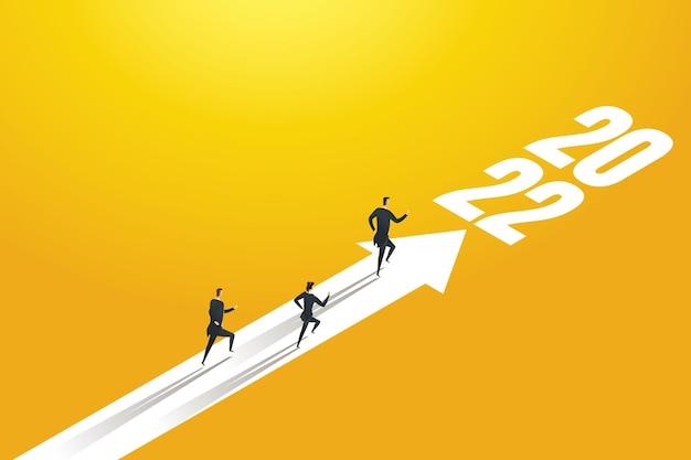 Gruppe von geschäftsleuten, die auf pfeilen in richtung ziele für 2022 laufen