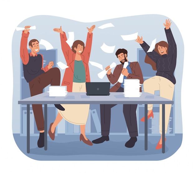 Gruppe von geschäftsleuten, die erfolg feiern, während sie papierkram oder dokumente ins büro werfen