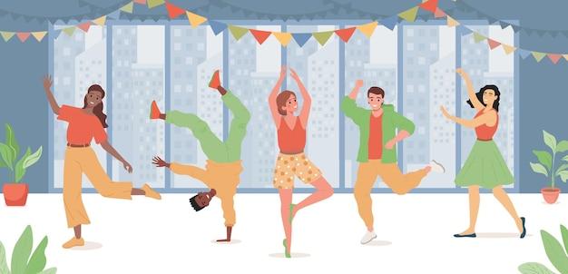 Gruppe von glücklichen leuten, die tanzen, geburtstag oder feiertag feiern