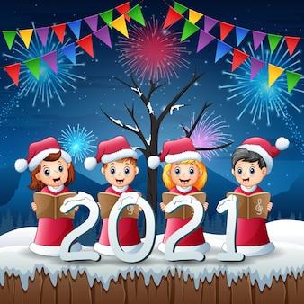 Gruppe von kindern im roten weihnachtsmannkostüm, das am heiligabend singt