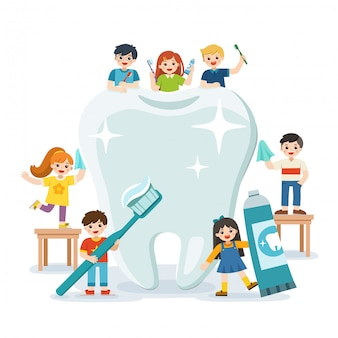 Gruppe von lächelnden jungen und mädchen, die neben dem großen weißen zahn stehen, der zahnbürste hält, die gesunden sauberen zahn zeigt, der zahnhygiene und -pflege fördert.