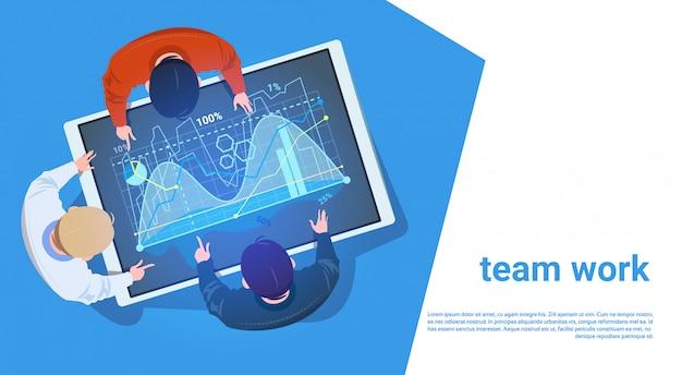 Gruppe von personen an digital-tablet mit finanzdiagramm team working with data teamwork concept