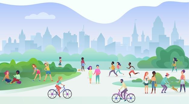 Gruppe von personen, die sportliche aktivitäten im park ausführen. gymnastikübungen machen, joggen, reden und laufen, fahrrad fahren, mit haustieren spielen.