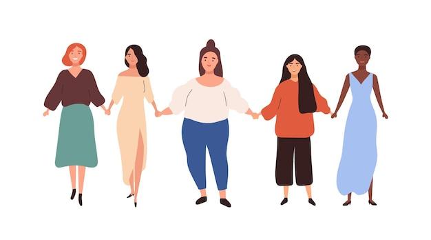 Gruppe von verschiedenen unterschiedlichen höhen und gewichten der frau, die handvektorflachillustration hält. glückliche mädchenvereinigung von feministinnen, die zusammen isoliert auf weiß stehen. bunte freundin, die schwesternschaft genießt.