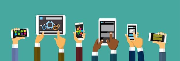 Gruppen-hände, die intelligenten handy-tablet-computer halten