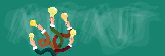 Gruppen-hände, die neues ideen-konzept des hellen elektrischen birnen halten