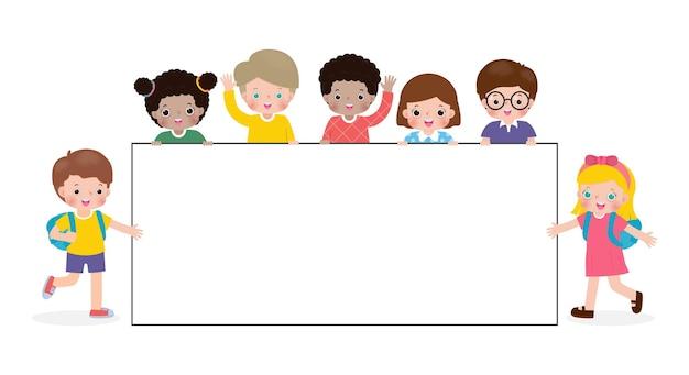 Gruppenkarikatur von kindern, die leeres zeichenbanner halten nette kleine kinder und große brettschablone