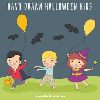 Gruselige halloween-kinder mit luftballons