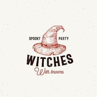 Gruselige partyhexen mit besen-halloween-logo oder etikettenschablone. hand gezeichnetes hexenhut-skizzensymbol und retro-typografie.