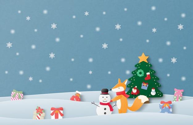 Grußkarte der frohen weihnachten und des guten rutsch ins neue jahr im papierschnittstil. weihnachtsfeierhintergrund mit dem glücklichen babyfuchs, der schneemann auf schneefeld macht.
