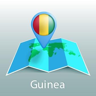 Guinea flag weltkarte in pin mit namen des landes auf grauem hintergrund