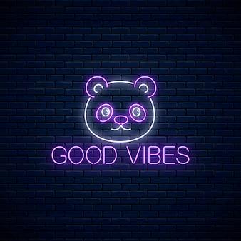Gute stimmung glühender neoninschriftsatz mit süßem pandakopf auf dunklem backsteinmauerhintergrund. motivation zitiert gute stimmung im neonstil. vektor-illustration.