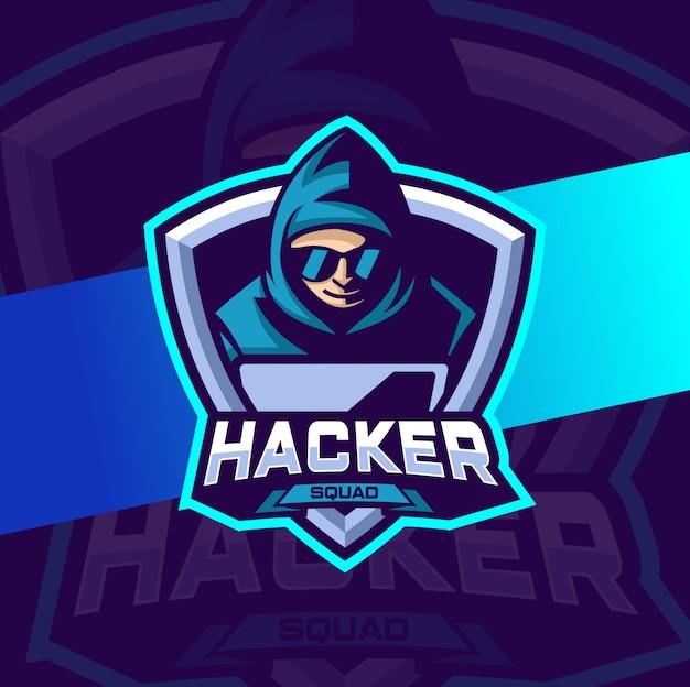 Hacker maskottchen mit laptop und umhang esport logo design