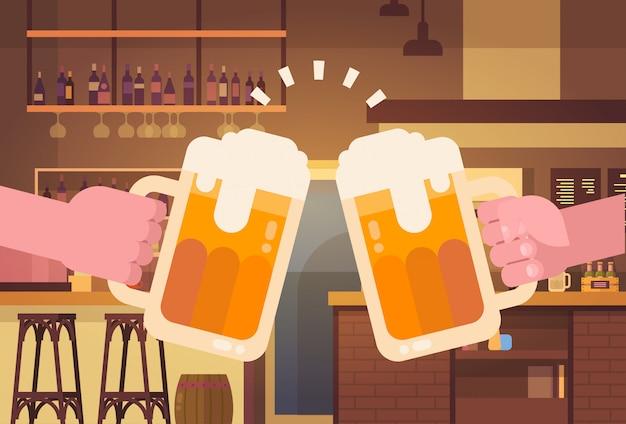 Hände, die bier-leute in der kneipe oder im bar-restaurant zujubelndem partei-feier-festival-konzept klirren