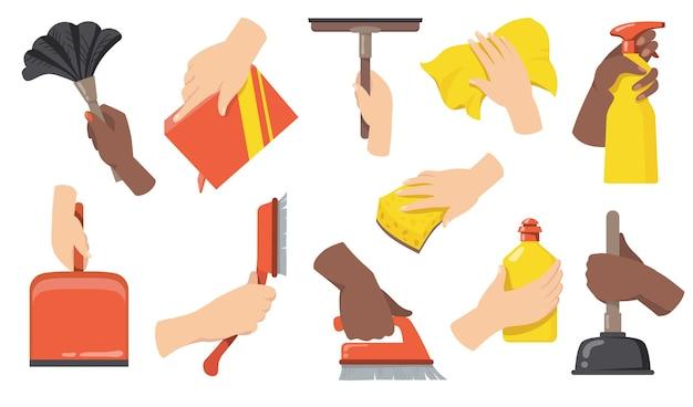 Hände, die das flache illustrationsset der reinigungswerkzeuge halten. karikaturarme mit besen, pinsel, schaufel, flasche mit reiniger und lappen isolierte vektorillustrationssammlung. haushaltspflege und sauberkeit co