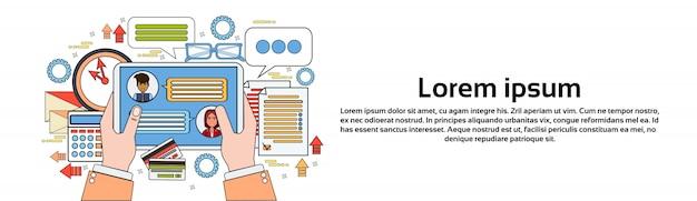 Hände, die digitale tablet-mitteilungen in social media auf arbeitsplatz-hintergrund-horizontaler fahnenschablone halten